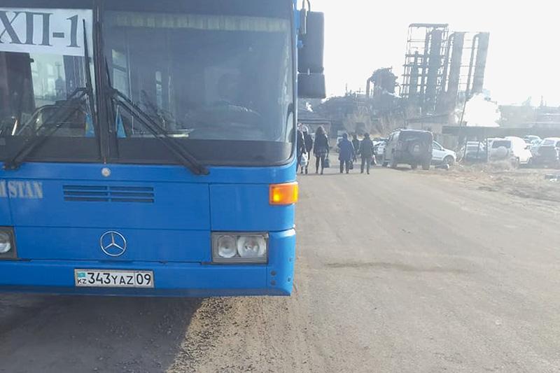 Работников  АО «АМТ» начали  возить на арендованных автобусах